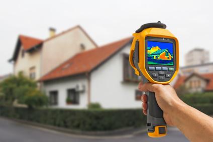 Wie gut ein Haus gedämmt ist, lässt sich mit Hilfe einer Wärmebildkamera messen. (Bildquelle: © smuki - Fotolia.com)