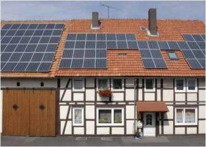 Foerderung Solarstrom Aktuelle Streichliste der Solarstromfoerderung_hier_Fachwerkhaus mit moderner Photovoltaikanlage auf dem Dach_Foto_BMU_Bernd Mueller_ID 702