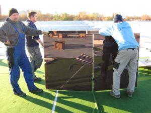 Montage Solaranlage mit Mitarbeitern
