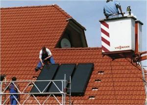 Solarwaerme spart Heizkosten und entlastet den Heizkessel_hier_Installation einer Solarwaermeanlage_Foto_BSW-Solar_Viessmann