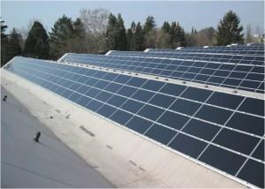Universitaet Mainz nutzt innovatives Investorenmodell fuer den Bau von Photovoltaikanlagen_hier_Photovoltaikanlage auf dem Dach der grossen Sporthalle_Foto_Landesbetrieb Liegenschafts- und Baubetreuung_LBB