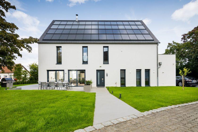 Das Süddach des Sonnenhauses von Familie Gemeinhardt ist komplett mit Solarkollektoren und Photovoltaikmodulen bedeckt. Damit können hohe Eigenversorgungsgrade bei Wärme und Strom erreicht werden. (Foto: Sonnenhaus-Institut / Udo Geisler)