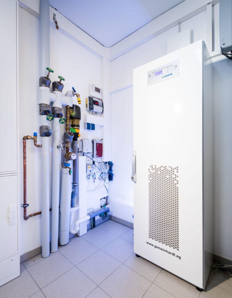 Überschüssiger Solarstrom wird in Lithium-Ionen-Akkus gespeichert. Derzeit sind Akkus mit 10 kWh Speicherkapazität in dem erweiterbaren System in Betrieb. (Foto: Sonnenhaus-Institut / Udo Geisler)