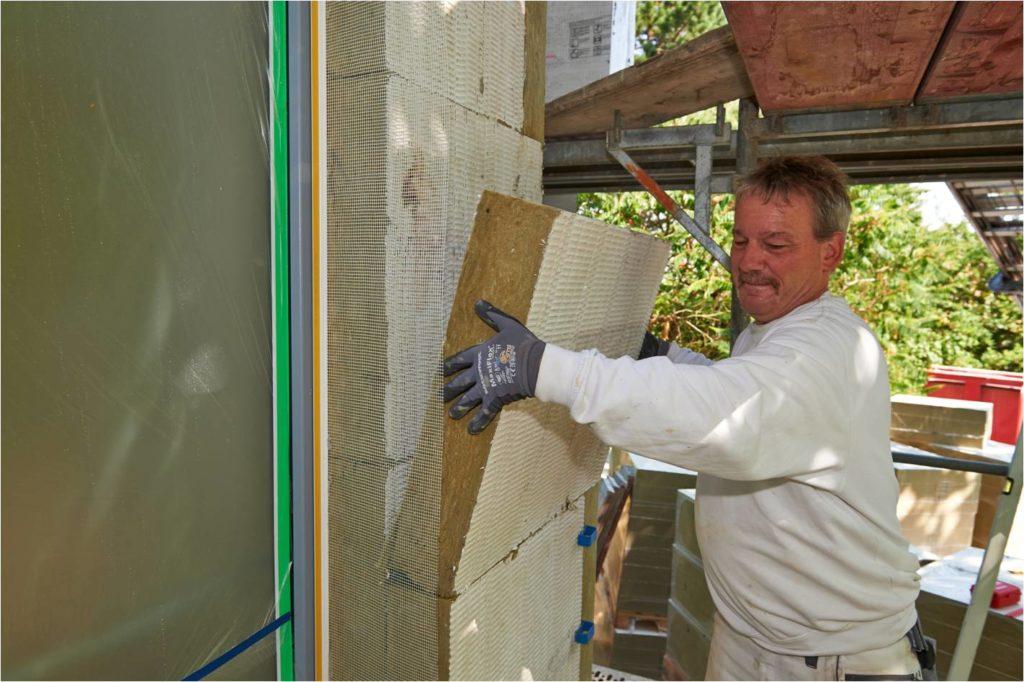 Immer dann, wenn eine Fassade zweilagig gedämmt wird, hat der Verarbeiter die Möglichkeit, die Plattenstöße versetzt anzuordnen. Dieser kleine Kniff reduziert noch einmal die ohnehin minimalen Wärmebrücken zwischen den Dämmstoffplatten. (Copyright: Deutsche Rockwool GmbH & Co. KG)