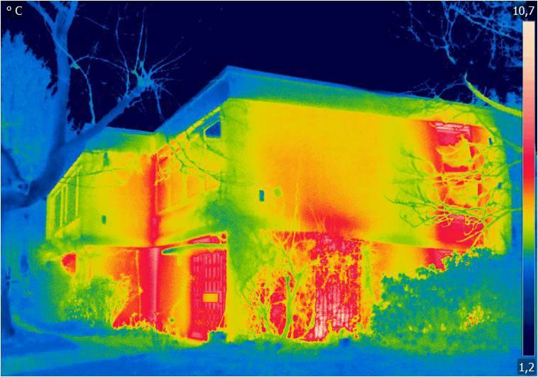 Große gelbe und rote Flächen zeigt die Thermografie auf Fassade und Fenster des Hauses vor der Sanierung. Es ging viel Wärme durch die ungedämmte Gebäudehülle und über die alten, einfach verglasten Fenster verloren. (Copyright: Deutsche Rockwool GmbH & Co. KG)