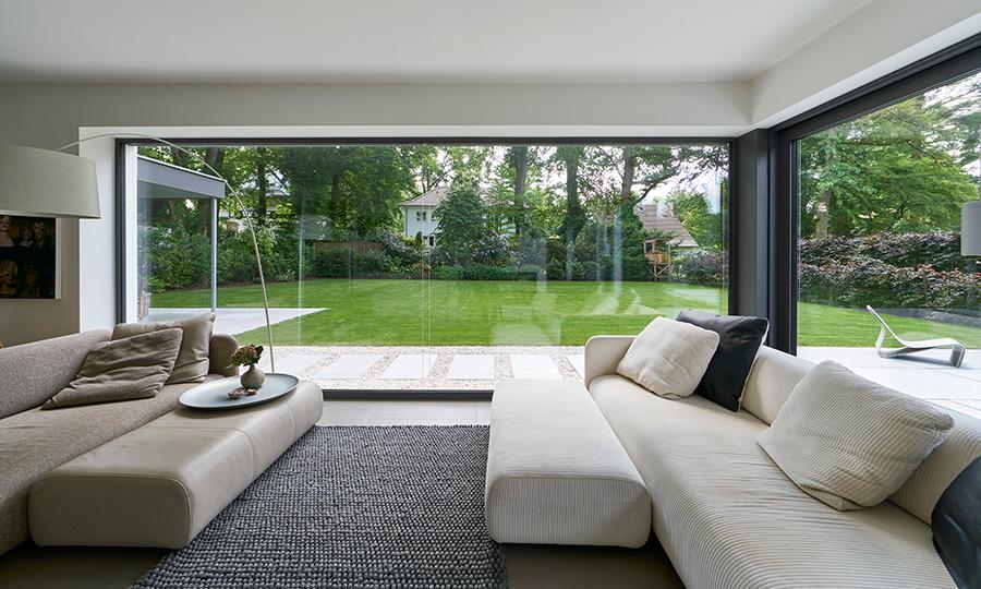 Das fast 13 m² große, ungeteilte Festfeld hebt die Trennung zwischen Wohnraum und Garten optisch nahezu vollständig auf (Schüco AWS 75.SI). | Bildnachweis: Schüco International KG // Fotograf: Christian Eblenkamp