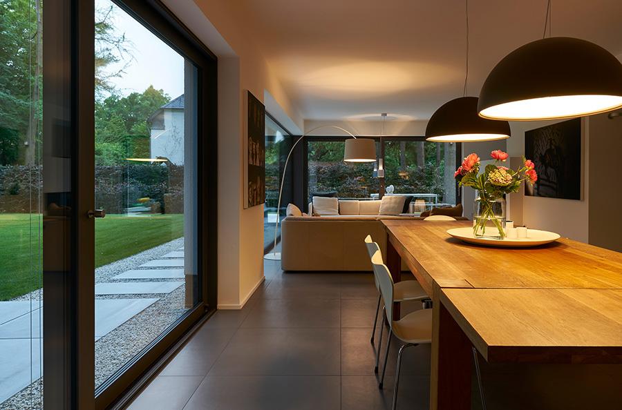 Zwei 4,0 m x 2,34 m große Hebe-Schiebetüren führen aus dem Wohn- und Essbereich im EG zu den beiden Terrassen (Schüco ASS 70). | Bildnachweis: Schüco International KG // Fotograf: Christian Eblenkamp