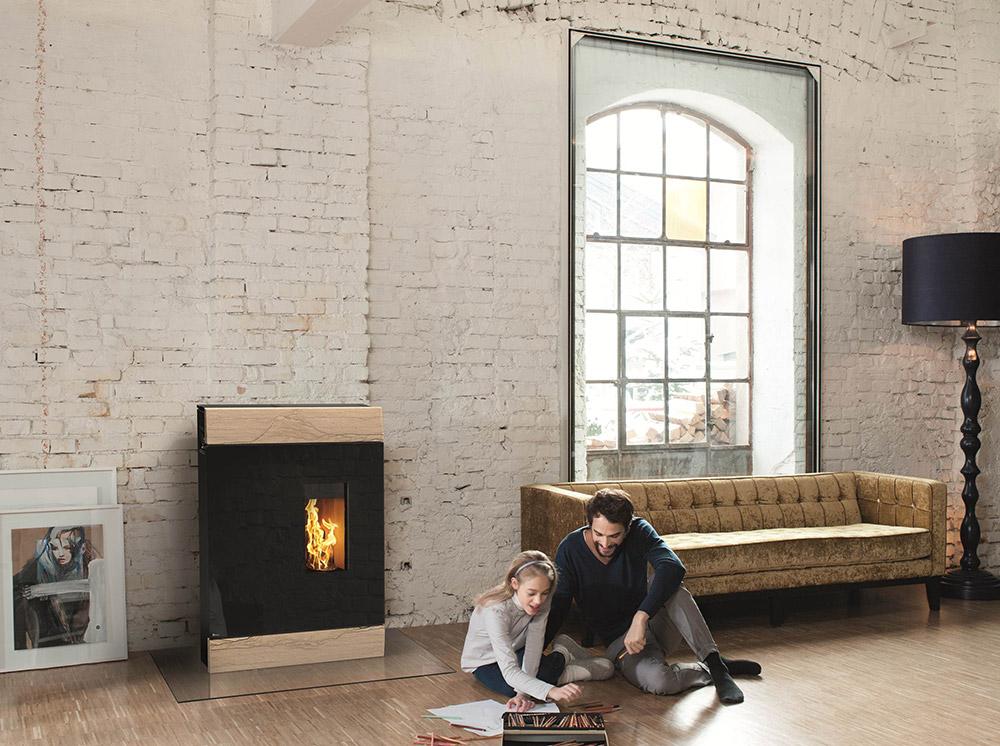 Pelletkaminöfen verbinden modernen Lifestyle mit höchstem Bedienkomfort. Zudem sorgt der umweltfreundliche und kostengünstige Brennstoff für ein faszinierendes Flammenspiel mit entsprechend hohem Wohlfühlfaktor, hier das Ofenmodell RIKA - Roco. | Bildquelle: © RIKA Innovative Ofentechnik GmbH