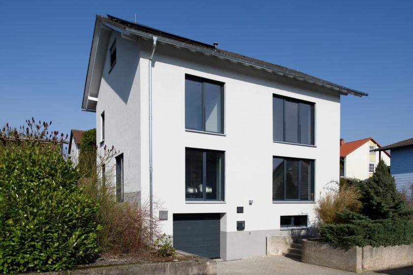 Das in den Siebzigern erbaute Elternhaus von Alexander Vogt ist nach der Modernisierung ein attraktives Gebäude auf dem aktuellen Stand der Technik geworden. (Bild: Buderus)