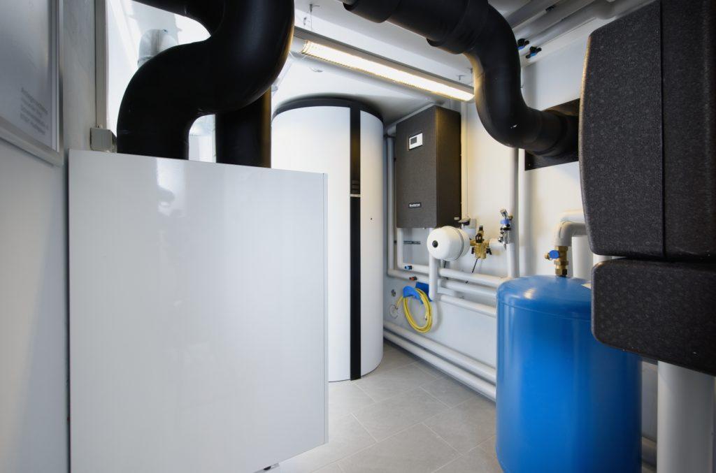 Im Heizungsraum ist das Buderus Heizsystem untergebracht: Es besteht aus Gas-Brennwertgerät Logamax plus GB192i, Frischwasserstation Logalux FS27/3 mit Pufferspeicher PNRZ1000 sowie Wohnungslüftungsgerät Logavent HRV2. (Bild: Buderus)