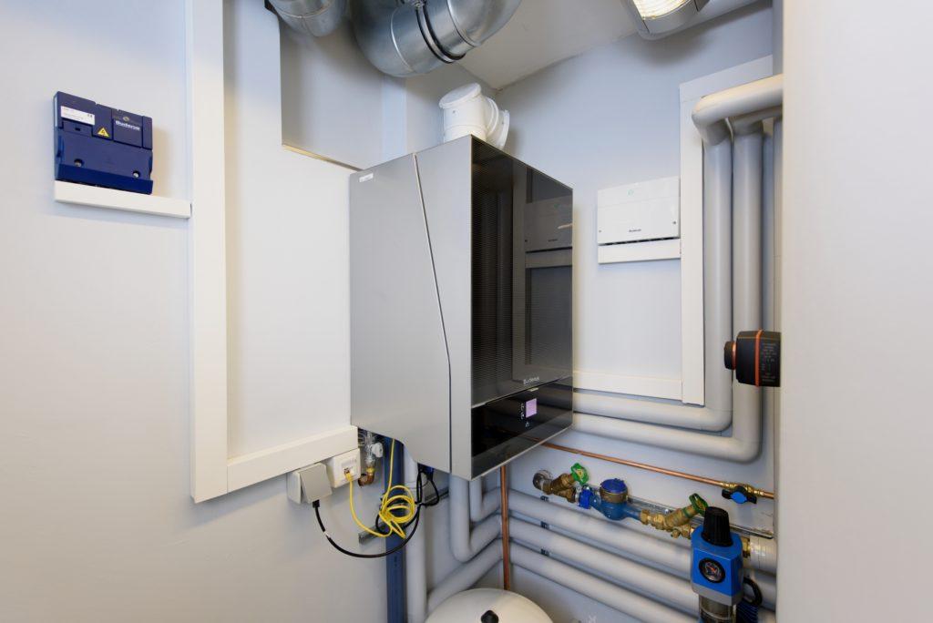 Herzstück der Heizungsanlage ist das Gas-Brennwertgerät Logamax plus GB192i aus der Titanium Linie, das bedarfsgerecht heizt und dank Internetschnittstelle und Touchscreen hohen Bedienkomfort bietet. (Bild: Buderus)