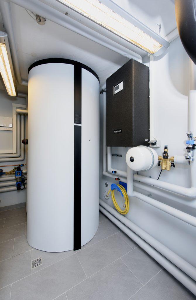 Für eine effiziente und hygienische Warmwasserbereitung sorgt die Frischwasserstation Logalux FS27/3 in Verbindung mit dem Pufferspeicher Logalux PNRZ1000. (Bild: Buderus)
