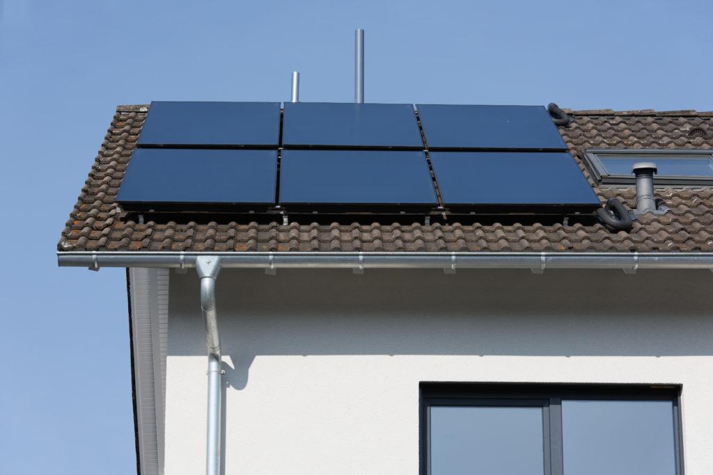Auf Dem Dach Des Hauses Unterstützen Sechs Flachkollektoren Logasol SKT1.0  Die Warmwasserbereitung. (