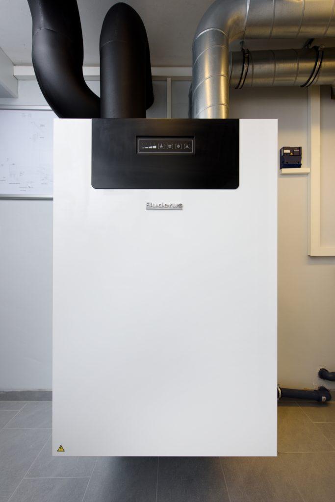 Die kontrollierte Wohnungslüftung Logavent HRV2-350 sorgt für eine gute Luftqualität und spart dabei Energie: Bis zu 90 Prozent der Wärme gewinnt sie aus der verbrauchten Luft zurück. (Bild: Buderus)