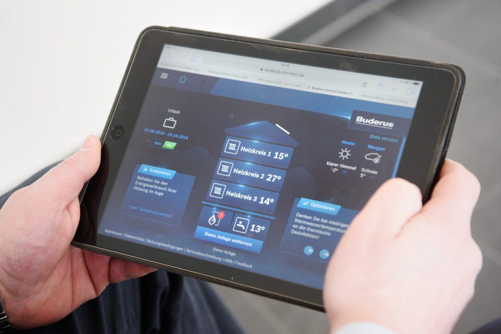 Über das Buderus Control Center Connect kann Alexander Vogt das Heizsystem auch von unterwegs den aktuellen Wünschen anpassen und aktuelle Verbrauchsdaten abrufen. (Bild: Buderus)