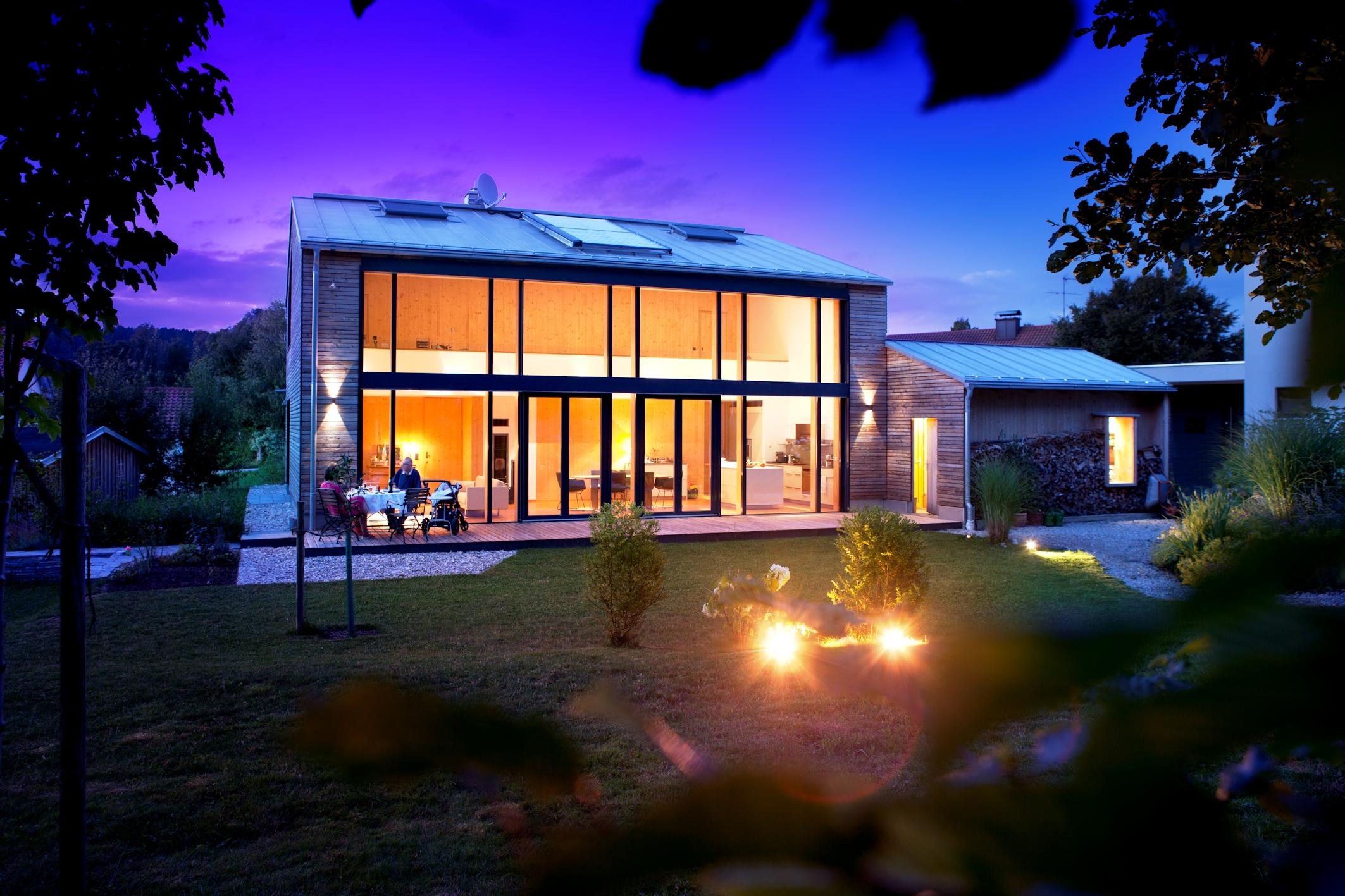 Die Glasfassade erstrahlt besonders in den Abendstuden als einladend großzügiges Atrium im Hauskorpus. (Foto: Kneer-Südfenster)