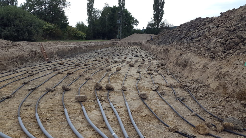 Aus rund 6 km Rohren, die auf einer Fläche von rund 2.500 m2 in 1,50 m Tiefe verlegt sind, beziehen die Wärmepumpen ihre Energie. (Foto: Ochsner Wärmepumpen GmbH)