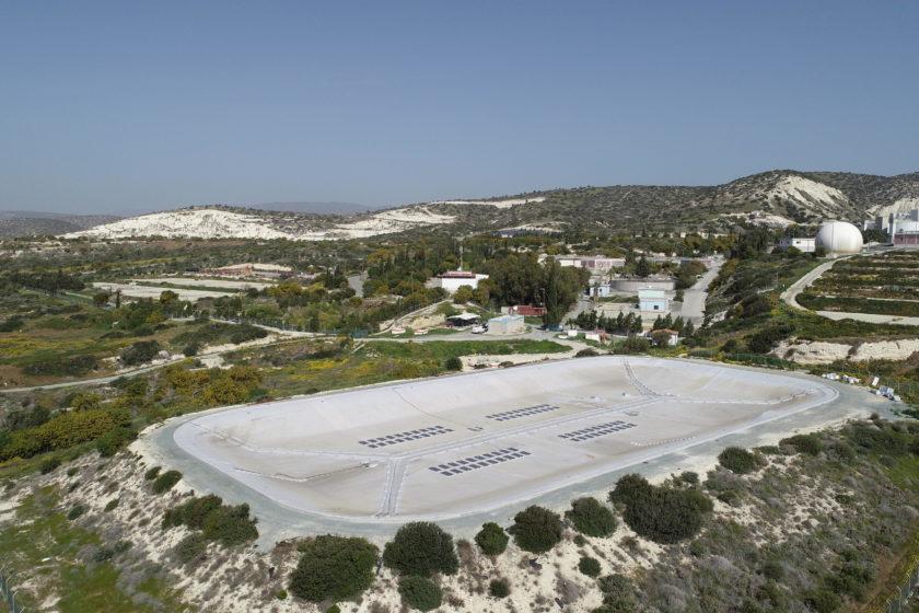 Continental hat die weltweit erste schwimmende Solarfolie auf Zypern installiert und schützt damit das gesammelte Wasser in einem Reservoir in der Region Limassol zuverlässig vor Verdunstung und ungewollter Verschmutzung. Gleichzeitig erzeugen die auf der Spezialfolie integrierten Photovoltaik-Module elektrischen Strom aus nachhaltiger Sonnenenergie. (Foto: Continental AG)