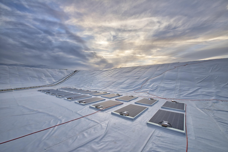 Das Wasserreservoir in Limassol, Zypern, hat eine Größe von 6.500 Quadratmetern, ist 4,50 Meter tief und wurde vollständig von einer funktionalen Folie abgedeckt. Die auf der Spezialfolie integrierten Photovoltaik-Module erzeugen elektrischen Strom aus nachhaltiger <a href=