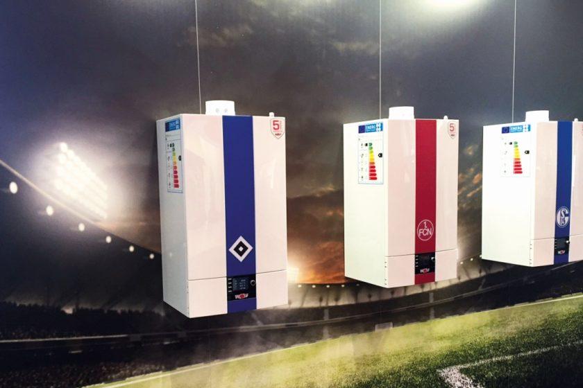 Für echte Fans - die Gas-Brennwert-Therme CGB-2, das Öl-Brennwert-Gerät TOB und die Split-Wärmepumpe BWL-1S sind jetzt auch im Vereinslook erhältlich. (Foto: WOLF GmbH)