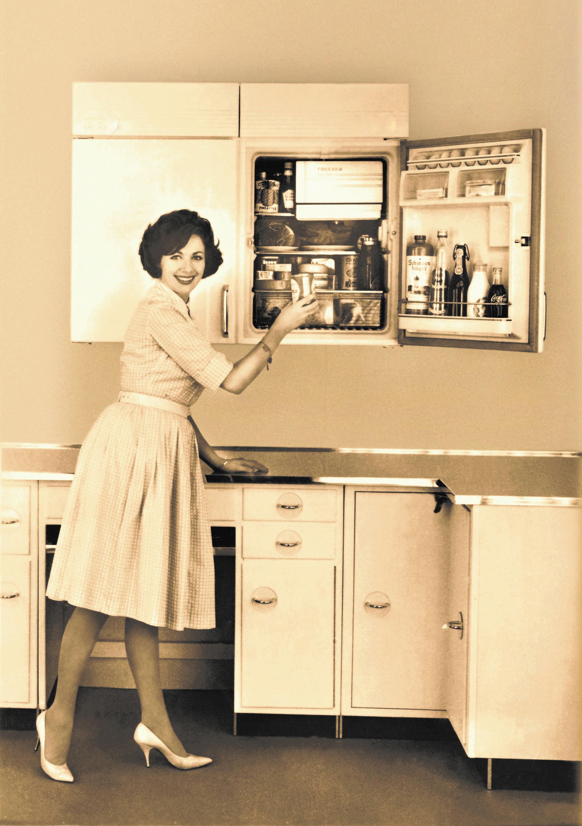 Mitte der 1950er Jahre gab es die ersten hocheingebauten Kühlgeräte. (Foto: Arbeitsgemeinschaft Die Moderne Küche e.V. (AMK))