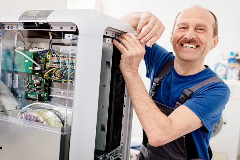Ein Solateur installiert einen Stromspeicher von SENEC, einem der Top 5 Stromspeicher-Hersteller in Deutschland. | Bildquelle: © Deutsche Energieversorgung GmbH
