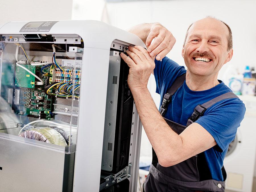 Ein Solarteur installiert einen Stromspeicher von SENEC, einem der Top 5 Stromspeicher-Hersteller in Deutschland. | Bildquelle: © Deutsche Energieversorgung GmbH