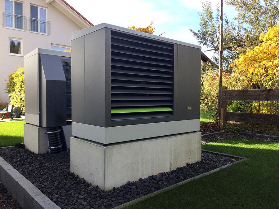 Auf dem eigenen Grundstück die Wärme erzeugen – das gelingt mit der hocheffizienten, modulierenden x-change dynamic Wärmepumpe. Ströbele hat sich für eine Luft/Wasser-Variante in Außenaufstellung entschieden. Durch die Modulation wird der Betrieb dem tatsächlichen Wärmebedarf des Gebäudes angepasst. Ein besonderes Plus hebt Ströbele hervor: Der flüsterleise Betrieb des Geräts stört auch die Nachbarn nicht. | Bildquelle: W. Ströbele
