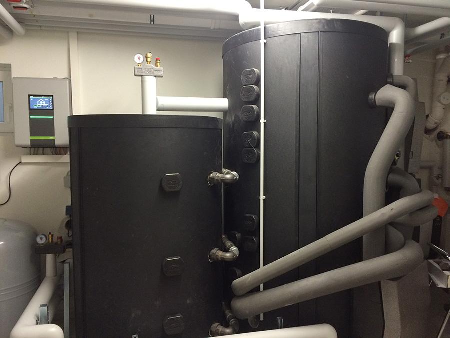 Um die von der Wärmepumpe umweltfreundlich erzeugte thermische Energie möglichst verlustfrei zu speichern, nutzen Stöbeles einen x-buffer Schichtenpufferspeicher (1250l) und einen zusätzlichen Beistellspeicher (600l). In Kombination mit dem Akku-Stromspeicher steht dadurch nahezu ganzjährig selbst produzierte Wärme zur Verfügung, ohne dass dafür Strom aus dem öffentlichen Netz bezogen werden muss. | Bildquelle: W. Ströbele
