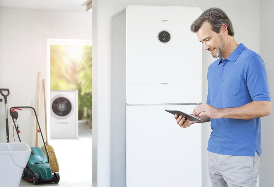 Der Energiemanager von Bosch fungiert im Smart Home als intelligente Instanz zwischen Photovoltaik-Anlage und Wärmepumpe, die den selbstproduzierten Solarstrom bedarfsgerecht verteilt. So können Nutzer effizient Wärme erzeugen und Kosten sparen. | Bildquelle: Bosch
