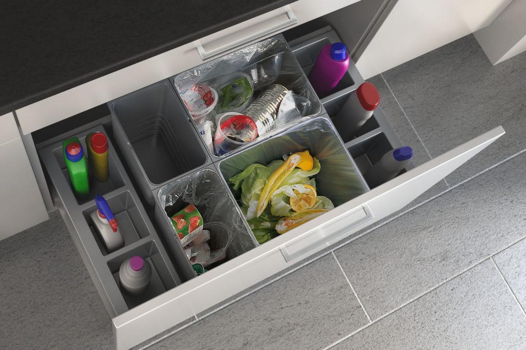 Steht für saubere Abfalltrennung nach Wunsch. Dieses intelligente Abfallsammler-System ist in unterschiedlichen Größen und Volumen lieferbar. Die aus einem Guss gespritzten Behälter sind besonders unempfindlich und können als Set für jede Anwendung kombiniert werden. (Foto: AMK)