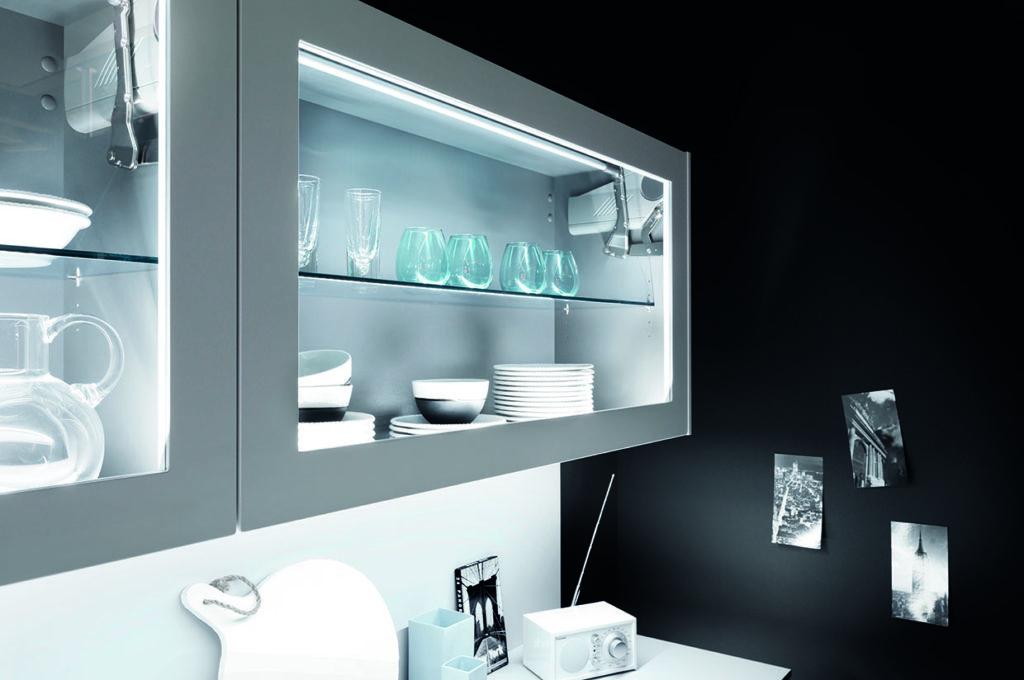 LEDs im Vitrinen-Oberschrank lassen das Geschirr strahlen und sorgen für eine schicke Atmosphäre. (Foto: AMK)