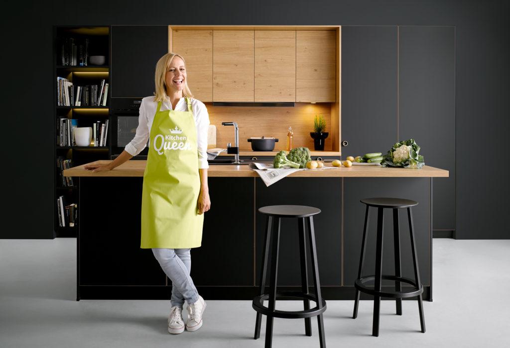 Eine schwarze Küche setzt sich selbst in den Hintergrund. Nobel und wohnlich zugleich. (Foto: AMK)