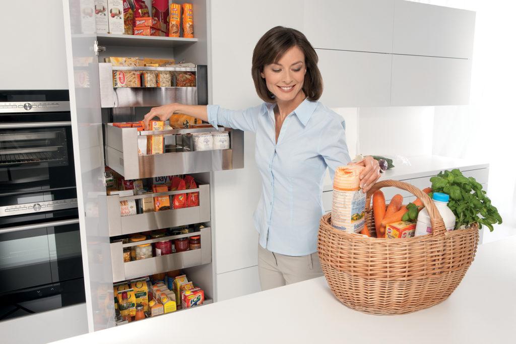 Einen komfortablen Zugriff und enorm viel Platz für Vorräte, je nach Einkaufs- und Kochgewohnheiten lässt sich dieser Schrank an die Bedürfnisse individuell anpassen. (Foto: AMK)
