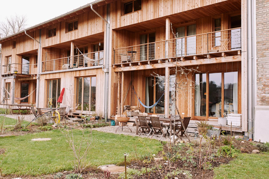 Zu jeder Hauseinheit gehört ein kleiner Garten mit Terrasse auf der Westseite. KfW Award Bauen 2019 Eggstätt Bayern. | Bildquelle: © KfW-Bildarchiv / Claus Morgenstern