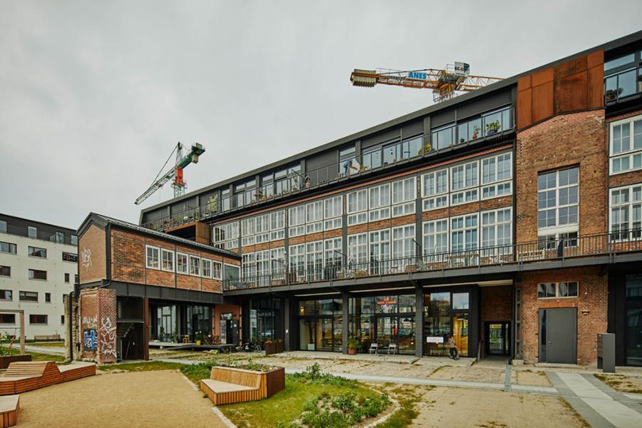 Behutsam renoviert: die Ostseite mit dem Friseursalon im Erdgeschoss. KfW Award Bauen Berlin Glashütte 2019. | Bildquelle: © KfW-Bildarchiv / Claus Morgenstern