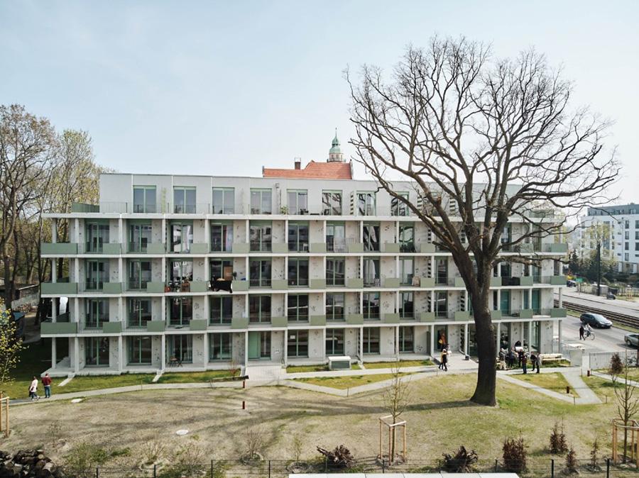 Einer der mächtigen alten Bäume beschirmt den Garten mit dem Eisspeicher. KfW Award Bauen 2019 Berlin Lindenstraße. | Bildquelle: © KfW-Bildarchiv / Claus Morgenstern