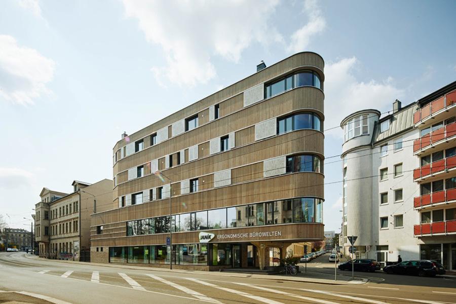 Spitzenleistung: Hoch ragt das Holzhaus an der Straßenecke auf – ein echter Hingucker. KfW Award Bauen 2019 Leipzig. | Bildquelle: © KfW-Bildarchiv / Claus Morgenstern