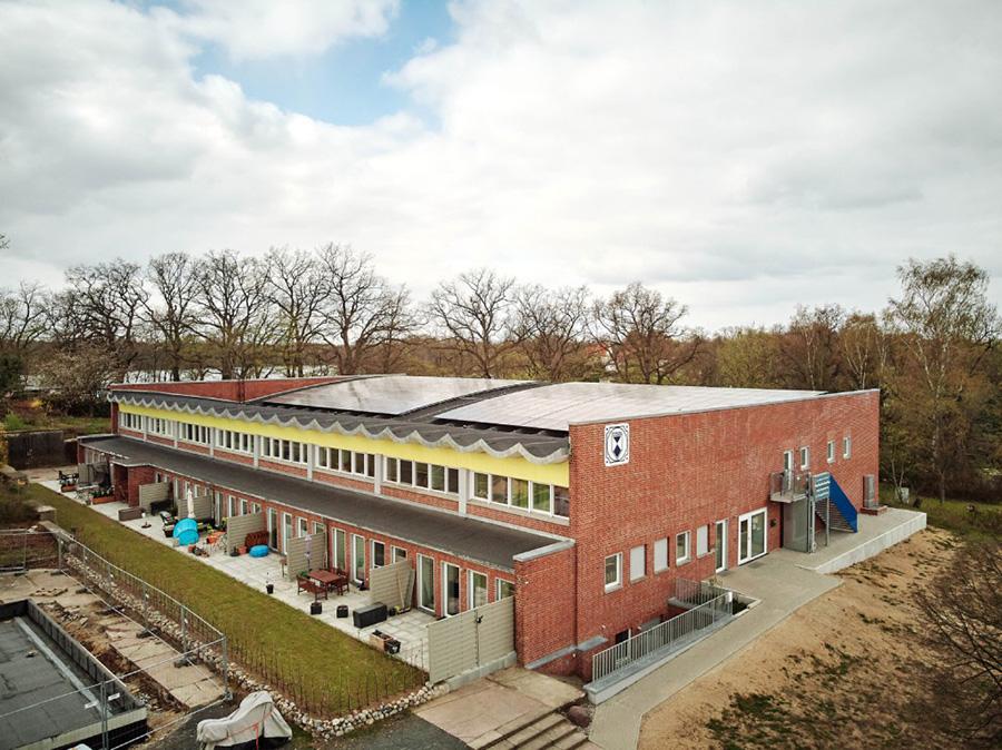 KfW Award Bauen 2019 Schwerin. Die einstige Schwimmhalle mit dem wellenförmigen Betondach steht unter Denkmalschutz. | Bildquelle: © KfW-Bildarchiv / Claus Morgenstern