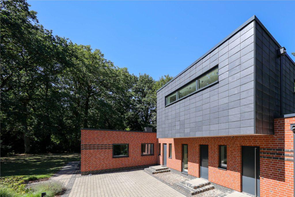 Ungewöhnliche Sanierung: Aus Winkelbungalow mit Walmdach wird ein modernes Einfamilienhaus. Foto: Rathscheck Schiefer