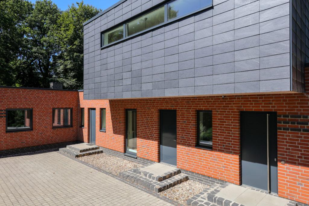 Kein kompletter Neubau, aber fast: aus Winkelbungalow mit Walmdach wird ein modernes Einfamilienhaus. Foto: Rathscheck Schiefer