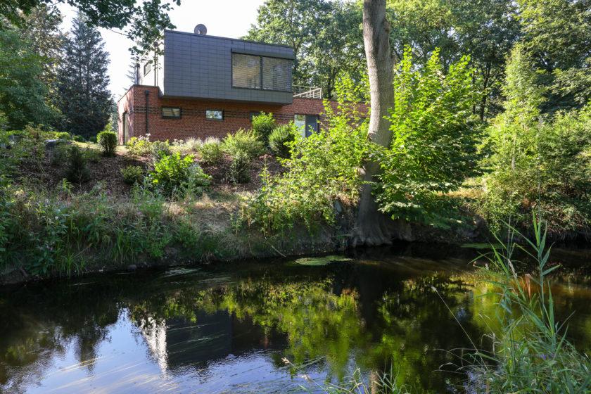 Der Bach Lachte fließt durch den Naturpark Südheide und ist an diesem Haus ein Highlight. Foto: Rathscheck Schiefer