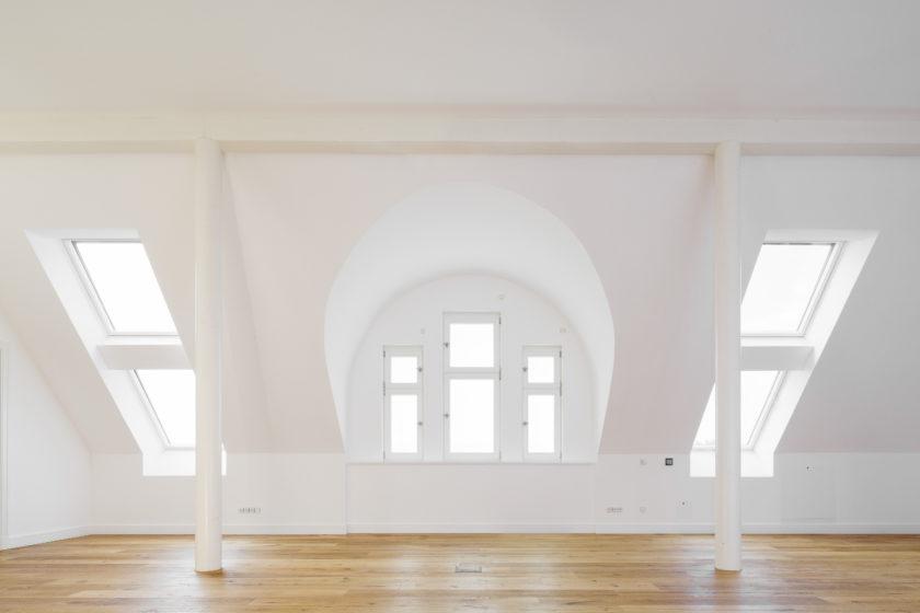 Das Rotkalk in-System an den Wänden in den beiden neu ausgebauten Dachgeschosswohnungen sieht edel aus, verbessert das Raumklima und spart Energie. (Foto: Knauf/Stephan Klonk)
