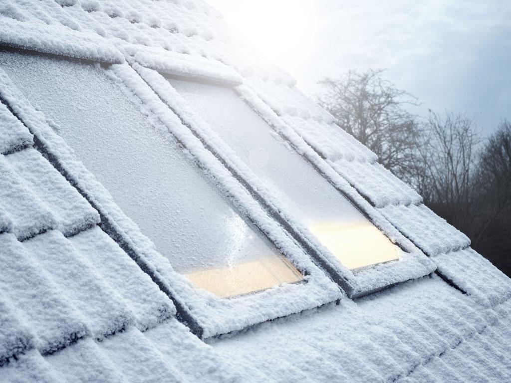 Sonnenschutz verbessert die Wärmedämmung eines Fensters – Wabenplissees sogar um bis zu 21 Prozent. So können sie helfen, Heizkosten zu senken. (Foto: Velux Deutschland GmbH)