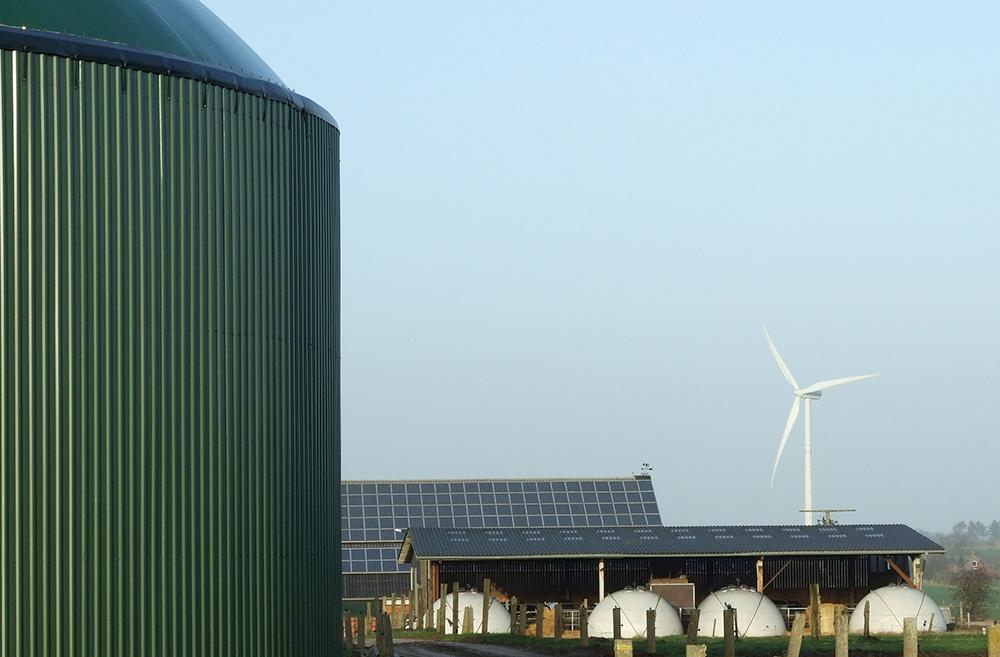 Erneuerbare Energie: Biogasanlage (Fermenter), Windkraftanlage und Photovoltaik-Paneele (Solarzellen) auf einem landwirtschaftlichen Betrieb in Horstedt (Schleswig-Holstein/Deutschland) | Autor: Florian Gerlach (Nawaro) via Wikimedia Commons | Lizenz: CC BY-SA 3.0