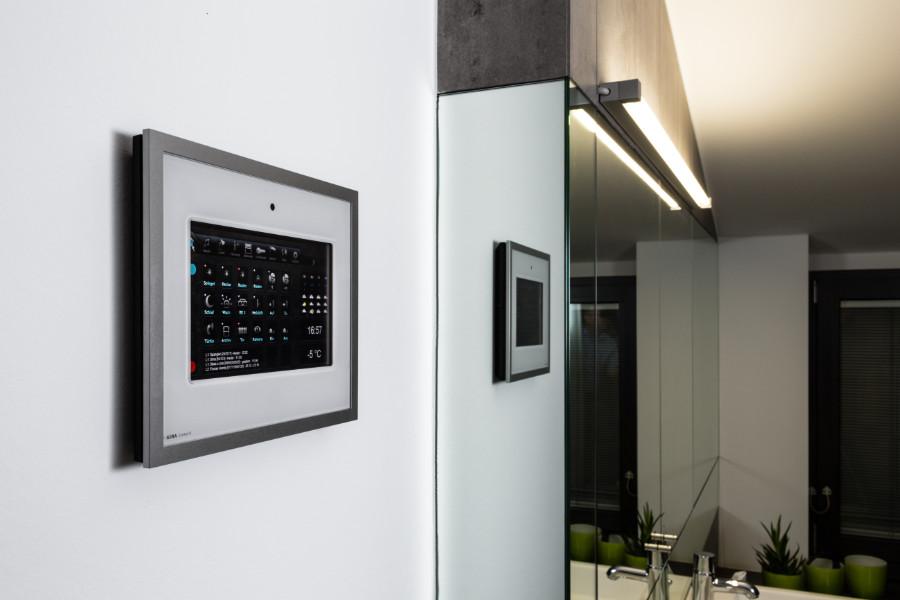 Über Bedienpanels im ganzen Haus lassen sich einzelne oder mehrere Komponenten der Hausautomation einsehen und steuern. Quelle: Florian Schmidt