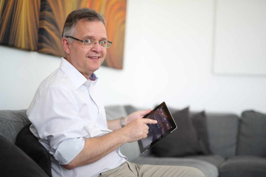 Mit der App EasyControl können Ute und Matthias Schmidt auf Handy und Tablet Anlagenparameter im Blick behalten und bei Bedarf ändern. Quelle: vor-ort-foto.de/Henning Rosenbusch