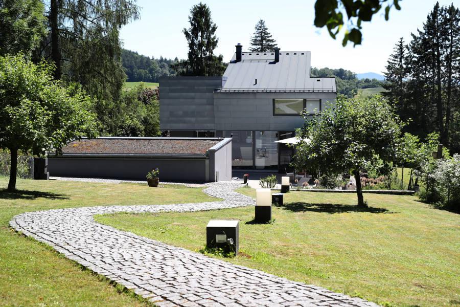 Das Einfamilienhaus in Coburg beeindruckt außen mit moderner Architektur und innen mit Hausautomationstechnik. Quelle: vor-ort-foto.de/Henning Rosenbusch