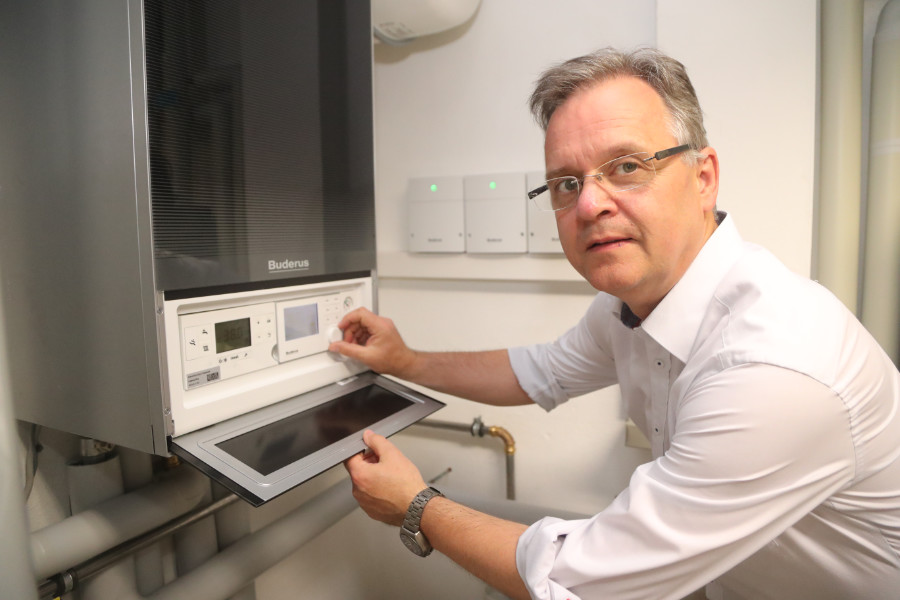 Alternativ zu den verschiedenen Möglichkeiten, den Wärmeerzeuger über KNX oder mobil zu steuern, kann Matthias Schmidt auch direkt am Logamax plus GB182i Einstellungen vornehmen. Quelle: vor-ort-foto.de/Henning Rosenbusch