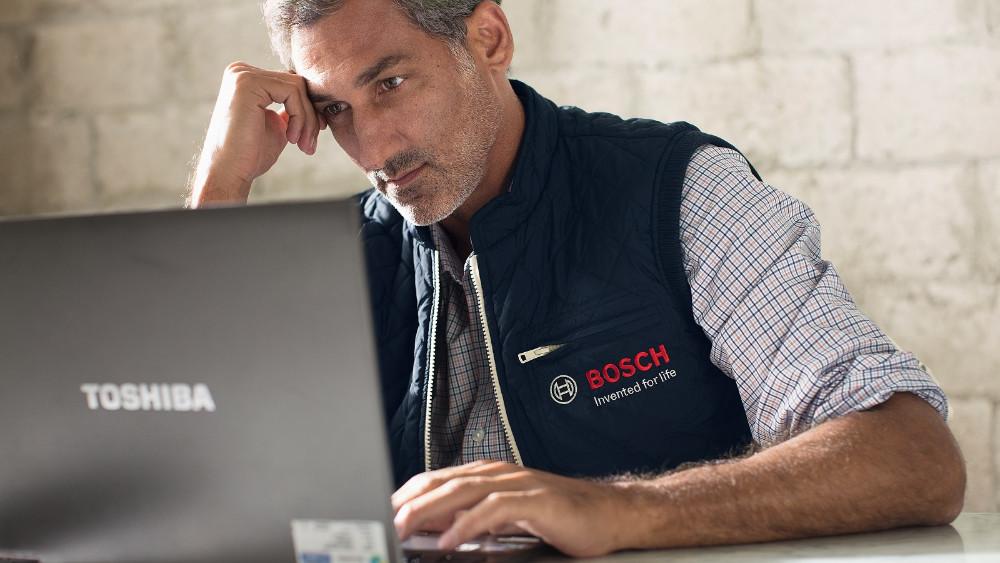 Mit HomeCom Pro kann der Heizungsbauer auf Störmeldungen der Heizung unmittelbar reagieren (Quelle: Bosch)